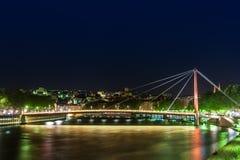 Sikt av upphängningbron, Saone River på natten, Lyon, Frankrike Arkivfoton