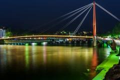 Sikt av upphängningbron, Saone River på natten, Lyon, Frankrike Royaltyfri Bild
