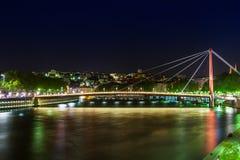 Sikt av upphängningbron, Saone River på natten, Lyon, Frankrike Fotografering för Bildbyråer
