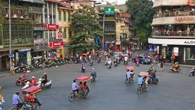 Sikt av upptagen trafik i en genomskärning med många mopeder och medel i Hanoi, huvudstad av Vietnam lager videofilmer