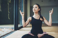 Sikt av ursnygg praktiserande yoga för ung kvinna inomhus Härlig matsyendrasana för flickaövningsardha i grupp Lugn och royaltyfri bild