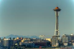 Sikt av utrymmevisaren och den i stadens centrum Seattle, Washington, USA arkivbild