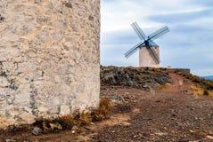 Sikt av väderkvarnarna som står på kullen, Spanien, Europa royaltyfri foto