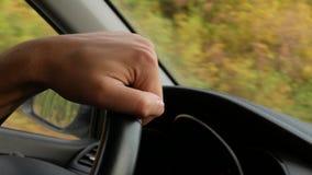 Sikt av vägen från vindrutan av bilen 4K Mannen rymmer styrninghjulet arkivbilder
