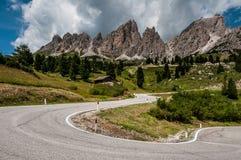 Sikt av vägen i dolomitesna nära Passo Gardena Royaltyfria Foton