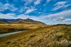 Sikt av vägen, sjön Argentino och bergen Argentinsk Patagonia i höst arkivfoton