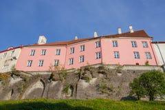 Sikt av väggen av den övregamla staden av Tallinn på en solig dag arkivfoton