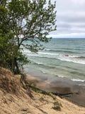 Sikt av vågor och sand av Lake Michigan Royaltyfri Bild