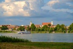 Sikt av Vac-staden nära flodDonauen arkivfoton