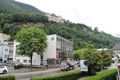 Sikt av Vaduz, Lichtenstein med gatan och slotten royaltyfri fotografi
