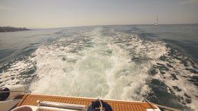 Sikt av vaken bak ett sportfartyg på havet lager videofilmer