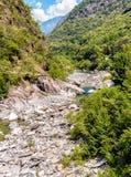 Sikt av Vallemaggia, den längsta alpina dalen i kantonen av Ticino i Schweiz Royaltyfri Bild