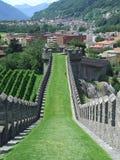 Sikt av vallen av slotten till Bellinzona i Schweiz Royaltyfri Foto