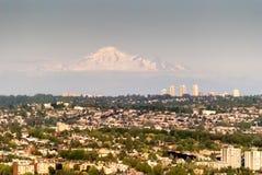 Sikt av Vancouver med det avlägsna bergmaximumet Fotografering för Bildbyråer