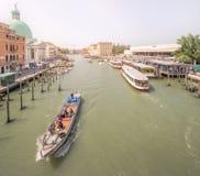Sikt av vaporettostationen på den storslagna kanalen Royaltyfri Foto