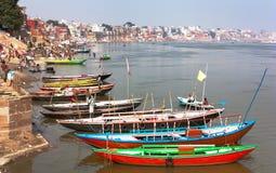 Sikt av Varanasi med fartyg på den sakrala Ganga floden Fotografering för Bildbyråer