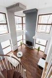 Sikt av vardagsrum från trappan Arkivbild