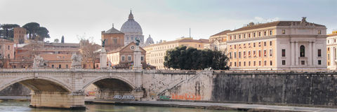 Sikt av Vaticanen över den Tiber floden av Rome, Italien arkivfoto