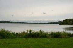 Sikt av vattenbehållaren från lakeshore fotografering för bildbyråer