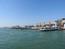 Sikt av Venedig, Italien och dess annan arkitektur från den storslagna kanalen, klar dag arkivbild