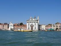 Sikt av Venedig, Italien och dess annan arkitektur från den storslagna kanalen, klar dag royaltyfri bild