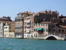 Sikt av Venedig, Italien och dess annan arkitektur från den storslagna kanalen, klar dag arkivfoto