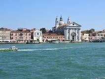 Sikt av Venedig, Italien och dess annan arkitektur fr?n den storslagna kanalen, klar dag royaltyfria foton