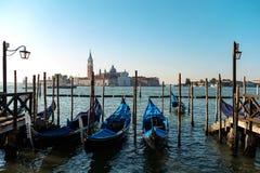 Sikt av Venedig in mot kanalen och gondolerna Arkivfoto