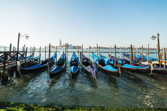 Sikt av Venedig in mot kanalen och gondolerna Royaltyfri Bild
