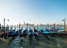 Sikt av Venedig in mot kanalen och gondolerna Royaltyfri Fotografi