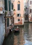 Sikt av Venedig in mot kanalen och hemmen Arkivfoto