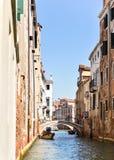 Sikt av Venedig in mot kanalen och hemmen Arkivfoton