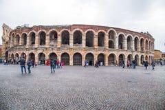 Sikt av Verona Arena i den Verona mittstaden, Italien arkivbilder