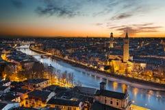 Sikt av Verona på solnedgången från slotten San Pietro Arkivbild