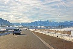 Sikt av vägen med bilen i Schweiz i vinter Arkivbilder