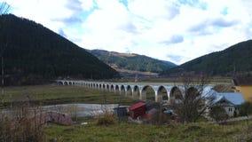 Sikt av viadukten Poiana Largului på sjön Bicaz, Rumänien arkivfilmer