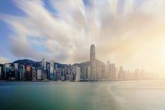 Sikt av Victoria Harbour med Hong Kong skyskrapakontorsbyggnader på solnedgångtid i Hong Kong askfat royaltyfri bild