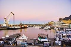 Sikt av Victoria och den alfred strandhamnen på solnedgången Arkivfoton