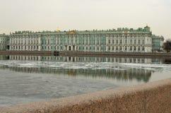 Sikt av vinterslotten i St Petersburg Royaltyfria Bilder