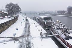 Sikt av Vistulaet River i det historiska centret Vistula är den längsta floden i Polen, på 1.047 kilometer i längd Arkivbild