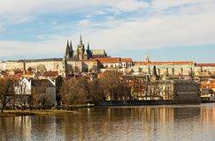 Sikt av vitaen för helgon för Prague slott Royaltyfri Foto