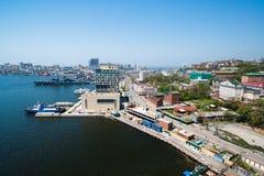 Sikt av Vladivostok från bron till och med ett guld- horn för fjärd Royaltyfri Bild