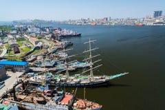 Sikt av Vladivostok från bron till och med ett guld- horn för fjärd Arkivbild