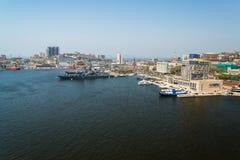 Sikt av Vladivostok från bron till och med ett guld- horn för fjärd Arkivfoto