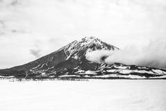 Sikt av Volcano Koryaksky i mulet väder, Kamchatka halvö, Ryssland arkivfoto