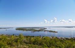 Sikt av Volga och ön från det Sokolov berget Arkivfoto