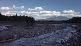Sikt av vulkan Ostry Tolbachik från videoen för längd i fot räknat för flodStudenaya materiel arkivfilmer