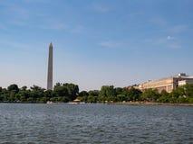 Sikt av Washington Memorial och byrå av gravyr och printing från Potomacet River arkivbilder