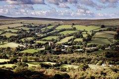 Sikt av Widdecombe i heden Dartmoor Royaltyfri Fotografi