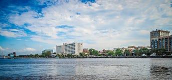 Sikt av Wilmington North Carolina från över floden Arkivbilder